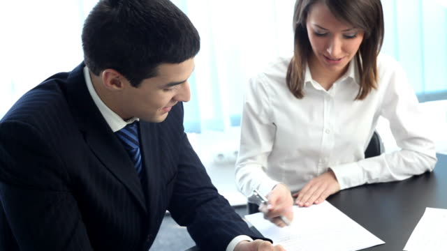 hd1080p30: due uomini d'affari, o uomo d'affari e lavoro il cliente, treppiede - colloquio di lavoro video stock e b–roll