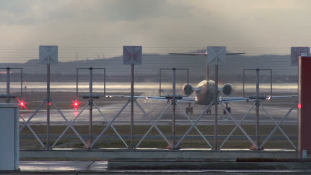 vídeos de stock e filmes b-roll de hd: avião/descolar (com som - globo terrestre de escritório