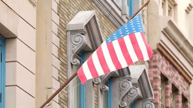 vídeos y material grabado en eventos de stock de hd: bandera estadounidense en el edificio de fondo. - met