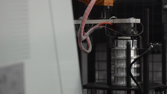 vídeos y material grabado en eventos de stock de hd: brazo de automatización - grupo mediano de objetos