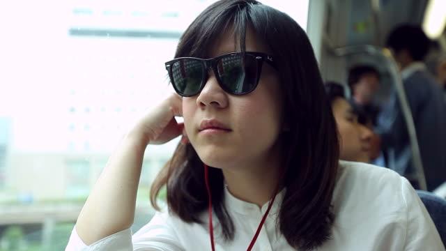 hd: schöne asiatische frauen während ihrer reise mit dem zug. - bahnreisender stock-videos und b-roll-filmmaterial
