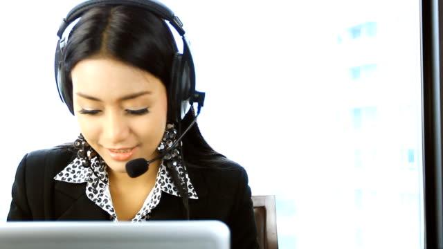 HD: schöne asiatische Frauen operator Lächeln.
