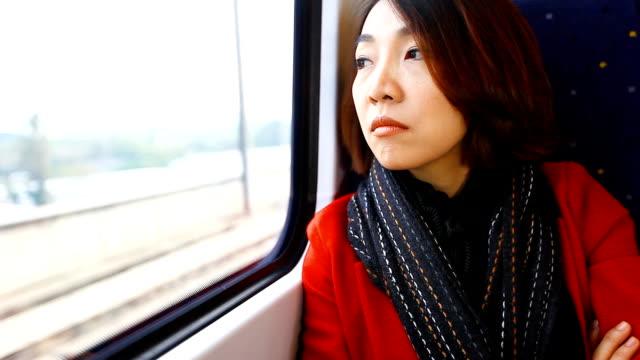 hd: schöne asiatische frauen reisen mit dem zug. - bahnreisender stock-videos und b-roll-filmmaterial