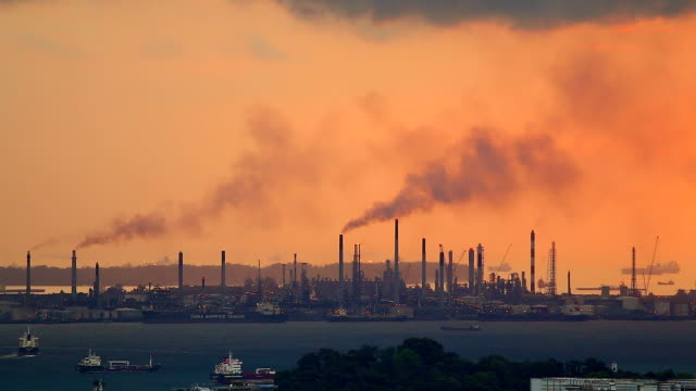 stockvideo's en b-roll-footage met hd:black smoke pollution from industrial area silhouette at sunset. - schoorsteen