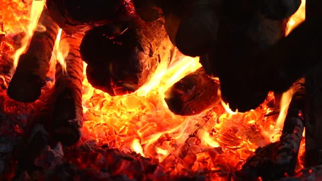 HD: ardiendo en la chimenea.