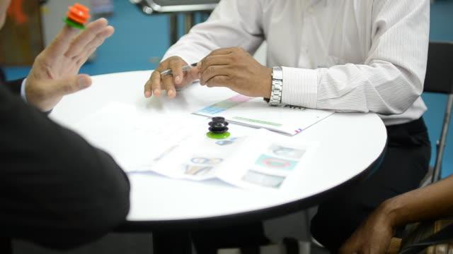 vídeos de stock, filmes e b-roll de hd: reuniões de negócios - negócios finanças e indústria