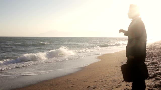 vidéos et rushes de hd :  homme d'affaires en vacances - cravate