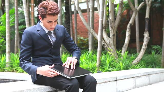 vídeos y material grabado en eventos de stock de hd: empresario trabajando al aire libre con portátil. - one mature man only