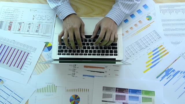 vídeos y material grabado en eventos de stock de hd: hombre de negocios trabajando con gráfico - diagrama circular