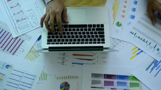 vídeos y material grabado en eventos de stock de hd: hombre de negocios trabajando con gráfico - hoja de cálculo electrónica