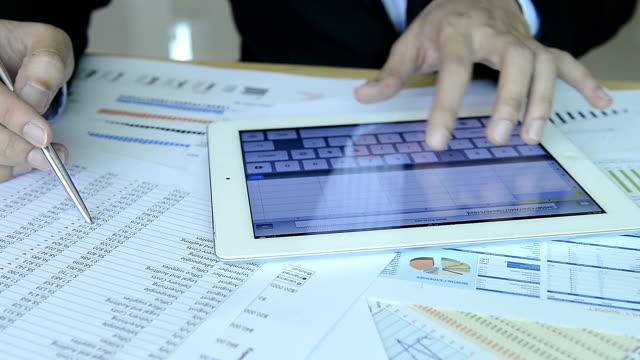 vídeos y material grabado en eventos de stock de hd: hombre de negocios trabajando con gráfico - hoja de cálculo