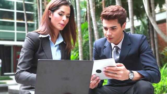 HD :  Les hommes d'affaires ayant réunion informelle en plein air.