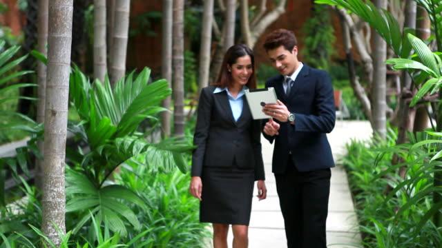 vídeos de stock e filmes b-roll de hd: de empresários tendo reunião informal ao ar livre. - vestuário de trabalho formal