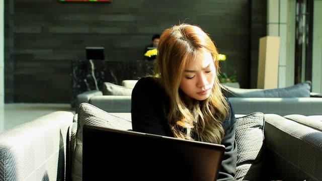 HD: Geschäftsfrau arbeiten mit notebook im Freien.