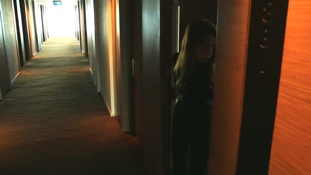 hd: geschäftsfrauen, die sie von ihrem zimmer. - gast stock-videos und b-roll-filmmaterial