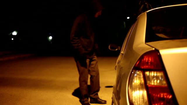 vídeos de stock, filmes e b-roll de hd: carro de assalto - roubando crime
