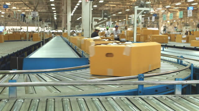 stockvideo's en b-roll-footage met hd:carton box moving on conveyor rollers. - lopende band