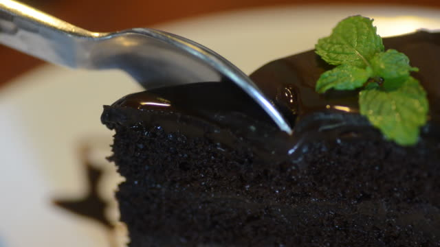 HD:chocolate cake cutting