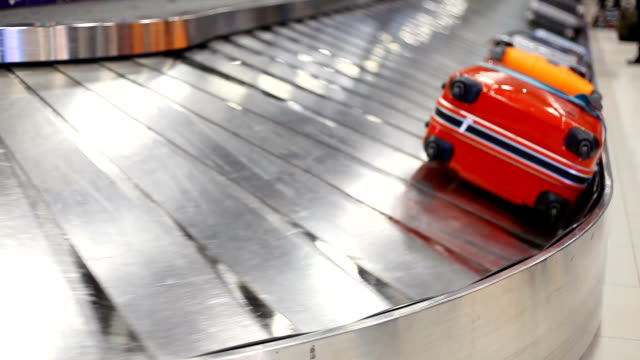 stockvideo's en b-roll-footage met hd:colorful baggage belt moving. - reizen