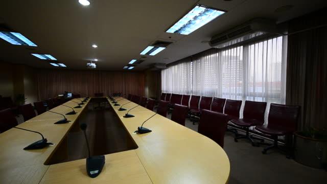 vídeos y material grabado en eventos de stock de hd: sala de conferencias de la oficina moderna - madera material