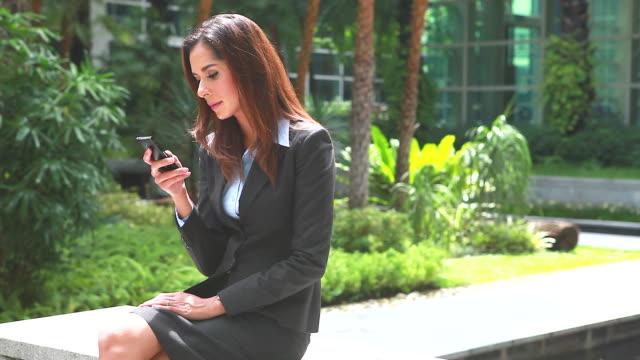 HD: überzeugt junge Geschäftsfrau spielen Handy.