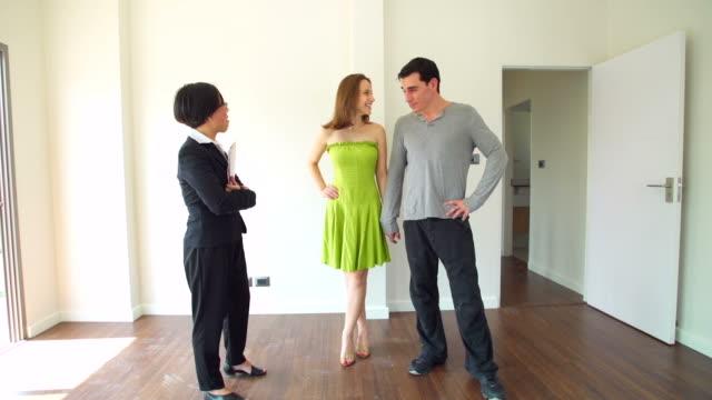 vidéos et rushes de hd :  conseiller en expliquant la nouvelle maison pour couple. - qualité