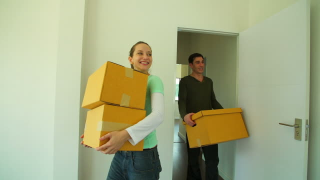 HD:Couple happy to moving into new house.