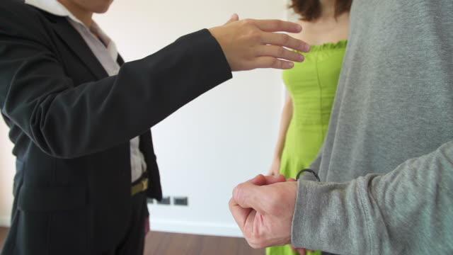 HD: paar machen Vereinbarung mit dem Verkäufer für neues Zuhause.