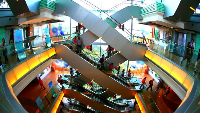 hd: folla di persone spostarsi sulla scala mobile nel centro commerciale. - entrata video stock e b–roll