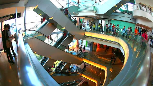hd: folla di persone spostarsi sulla scala mobile nel centro commerciale. - scale video stock e b–roll