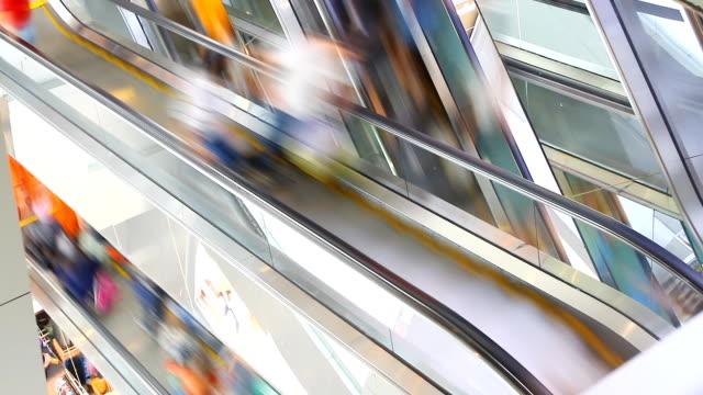 HD: Menge Leute in Bewegung auf Rolltreppe im Einkaufszentrum.