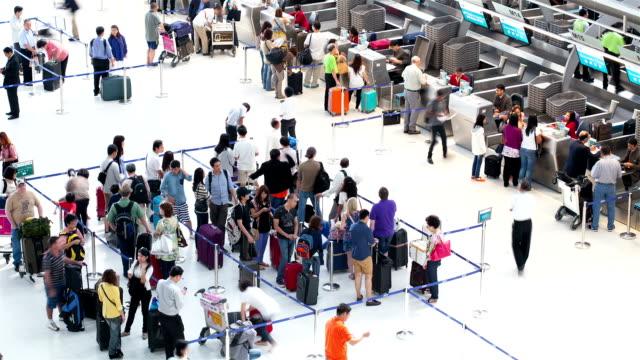 vidéos et rushes de hd :  foule, personnes en attente sur la ligne pour l'enregistrement à l'aéroport. - voyage d'affaires