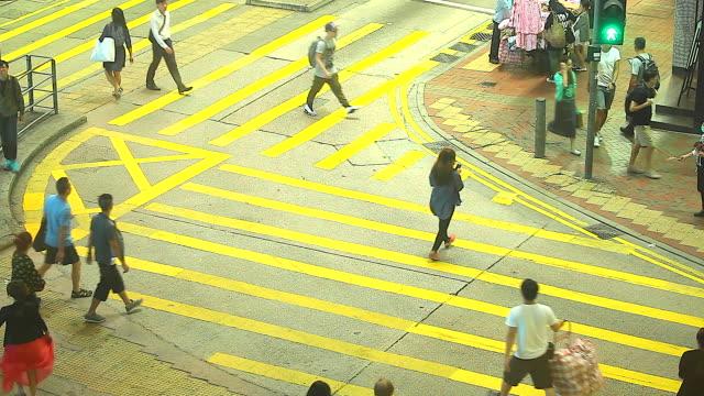 stockvideo's en b-roll-footage met hd:crowd people walking on crosswalk.(time lapse) - hd format