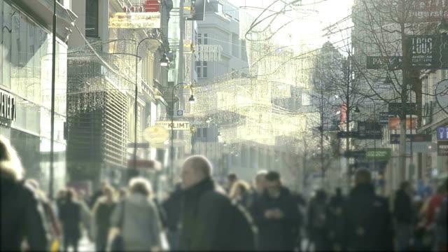 vídeos de stock e filmes b-roll de hd: multidão de pessoas a caminhar na estrada, viena. - viena