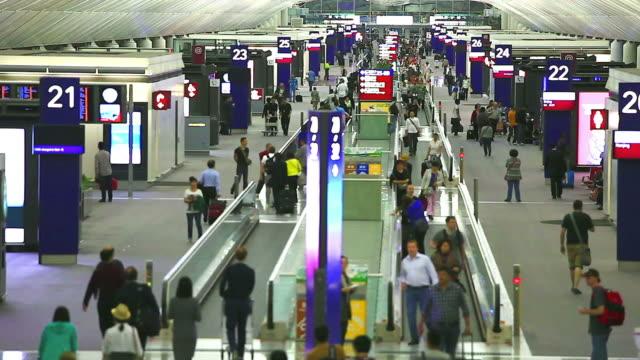 hd: menschenmenge reisende am flughafen. - flugpassagier stock-videos und b-roll-filmmaterial