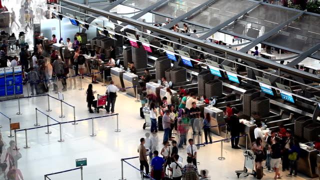 hd: folla di viaggiatori all'aeroporto. - esaminare video stock e b–roll