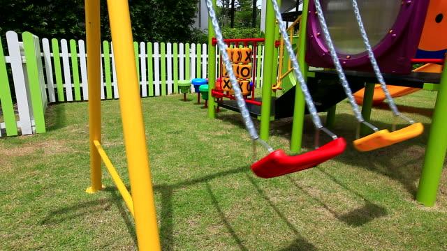 vídeos de stock e filmes b-roll de hd: vazio balanço no parque infantil. - ausência