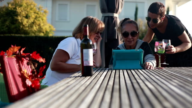 hd: familie & home & legere & lifestyle - paar gruppierung stock-videos und b-roll-filmmaterial