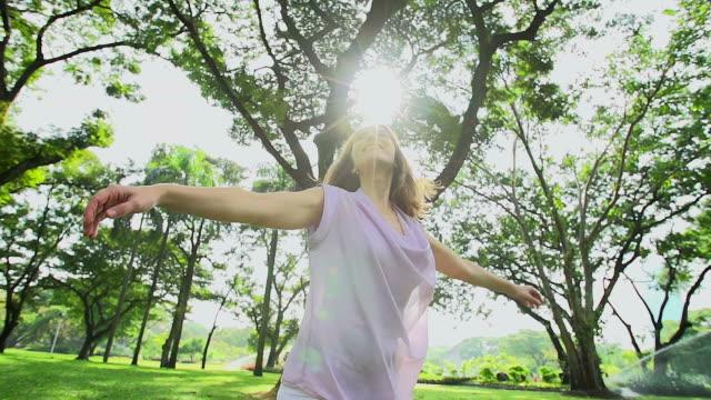 HD  : 自由幸せな女性、生き生きと無料の自然に呼吸新鮮な空気を。