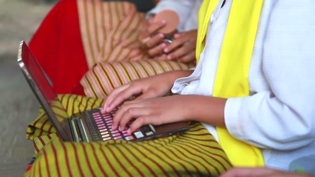 vídeos y material grabado en eventos de stock de hd: niña con vestido tradicional jugando portátil. - países en vías de desarrollo