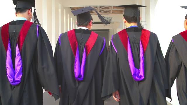 stockvideo's en b-roll-footage met hd:group van de afgestudeerde studenten met hun diploma na afstuderen - slagen school