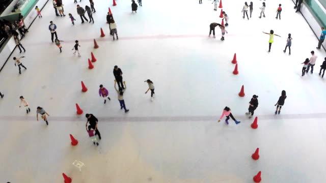 vídeos de stock e filmes b-roll de hd: grupo de pessoas no interior de patinagem no gelo rink. (time lapse) - grupo mediano de animales