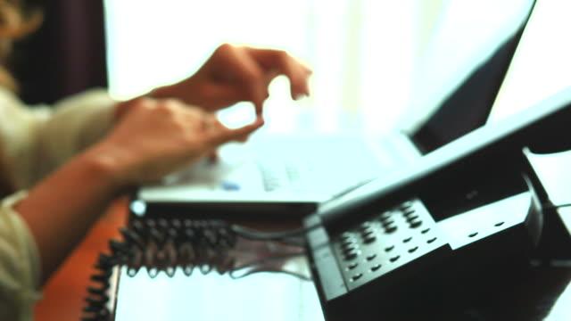 hd:hand of women working on notebook. - människofinger bildbanksvideor och videomaterial från bakom kulisserna