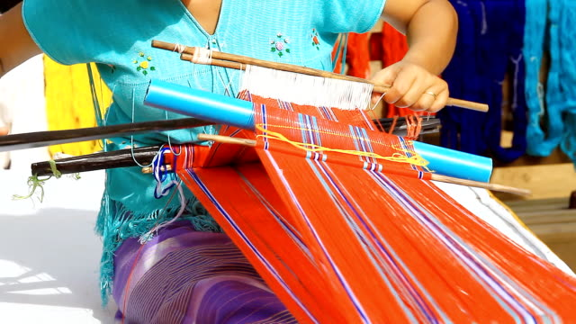 stockvideo's en b-roll-footage met hd:hand weaving on loom in thailand - weven