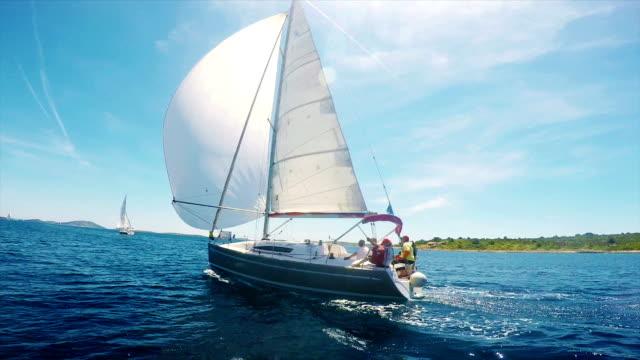 hd-handhelds: segelboot im regatta segel und spinacker mit main - regatta stock-videos und b-roll-filmmaterial