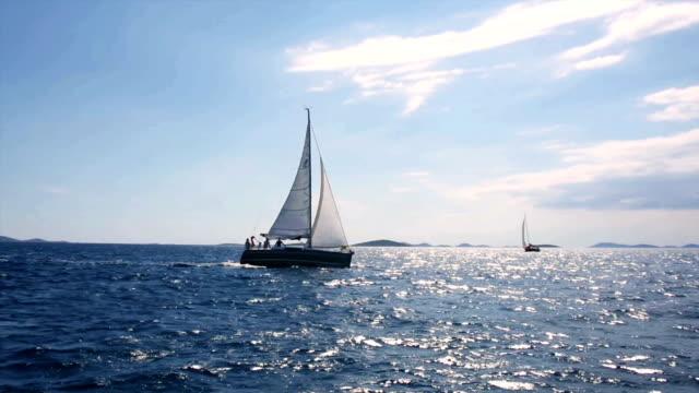 vídeos de stock e filmes b-roll de hd-unidade portátil: barco à vela em regata com vela e vela principal frente - barco à vela