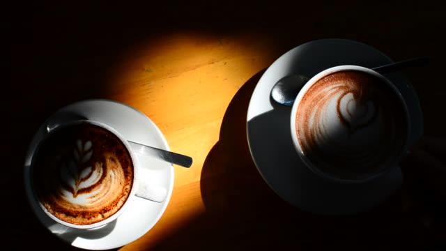 hd :ホットコーヒーである正午にリラックスタイム - カフェイン分子点の映像素材/bロール