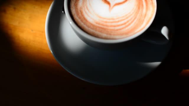 hd :ホットコーヒーである正午にリラックスタイム - モカ点の映像素材/bロール