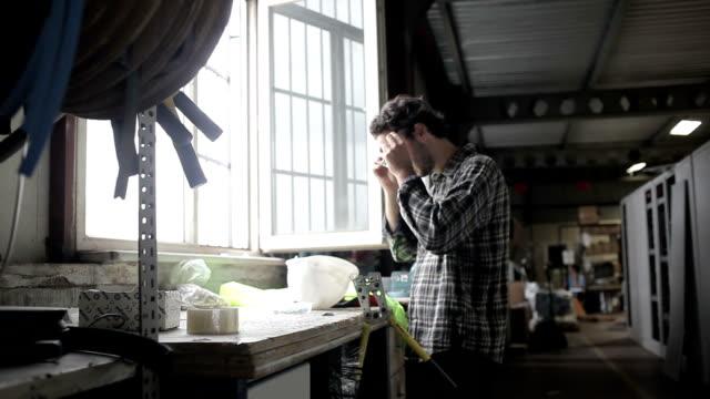 stockvideo's en b-roll-footage met hd:industrial worker getting ready - helm apparatuur