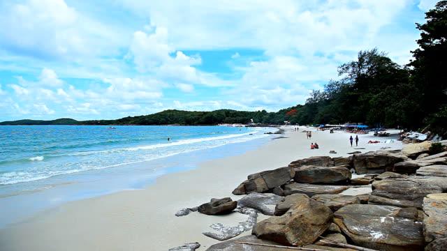 hd: isola le spiagge sono rocky. - paesaggio marino video stock e b–roll